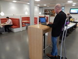 Stand4Work - Steh-Stuhl| worktrainer.de| stehen während der Arbeit| Gesund| Stabil| Körperhaltung| Energie| R&#x0