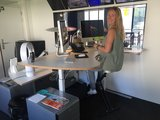 Sitz-steh Büro mit Schreibtischfahrrad von Worktrainer bei AvroTros | Radeln Sie Sich fit mit unseren ergonomisch Rad