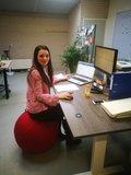 Sitzball hinter dem Schreibtisch aktives Sitzen | Worktrainer.de