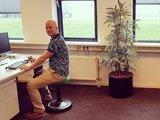 Ongo Classic bei der Arbeit fit   Balance Hocker   Sitzen Sie gesund auf unseren ergonomische Burostuhlen   Worktrainer.de