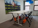 Konferenztisch mit Deskbikes