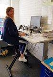 Radfahren und Arbeiten mit dem Worktrainer Deskbike